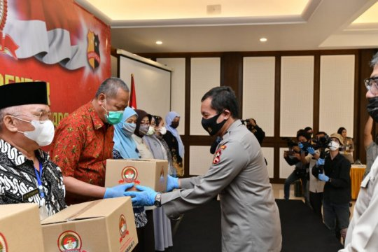 Polri bagikan 1.748 paket sembako untuk purnawirawan/warakawuri Polri