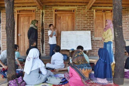 Belasan pemuda di Bandung jadi relawan mengajar gratis