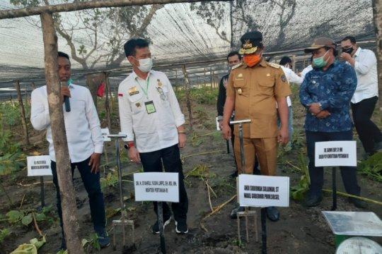 Mentan serahkan bantuan pertanian Rp26 miliar ke Sidrap
