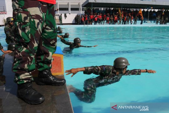 Prajurit Marinir ikuti lomba renang militer
