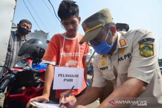 Tak kenakan masker di Bogor dihukum nyanyi Indonesia Raya
