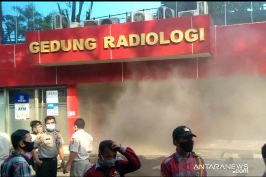 Gedung Radiologi RS Polri mengeluarkan kepulan asap tebal
