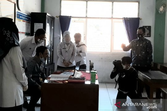 Nadiem sapa siswa SD saat pantau PJJ sekolah di Bogor