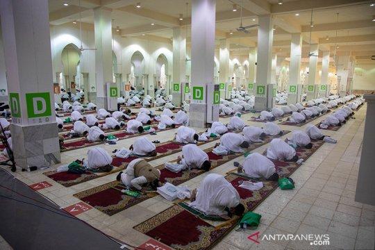 Jamaah haji Shalat Dhuhur dan Ashar di Masjid Namirah, Arafah