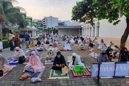 Jemaah Shalat Idul Adha Masjid Al Azhar patuhi jaga jarak