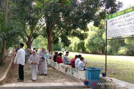 Warga larut dalam doa di kuburan massal korban tsunami Aceh