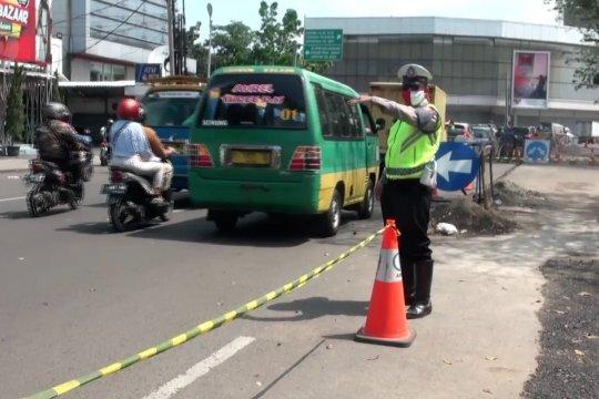 Petugas tutup 11 jalan utama di lingkar selatan Bandung