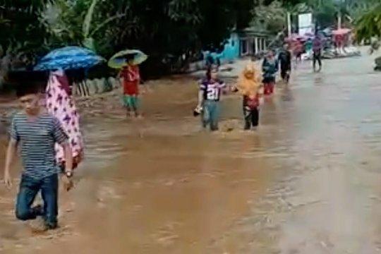 Ratusan rumah warga di Desa Waitina terendam banjir