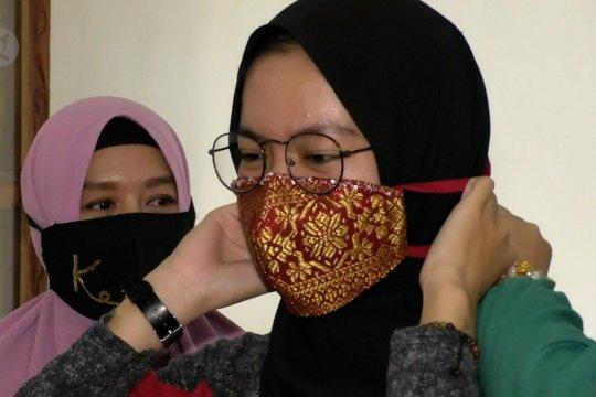 Kreasi masker songket pengantin yang menawan