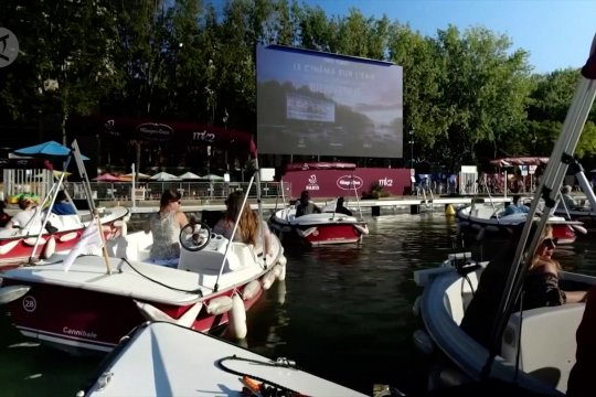 Menonton bioskop terapung di atas Sungai Seine