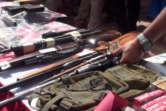Polda Jabar tangkap pemilik senjata api ilegal besertaratusan peluru