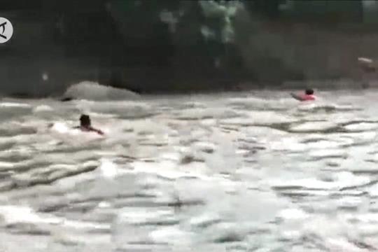 Anggota BPBD Pulau Taliabu seberangi sungai deras tanpa pengaman