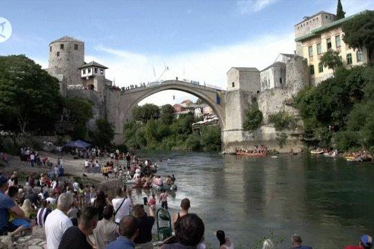 Tradisi melemparkan diri dari ketinggian jembatan Mostar, Bosnia