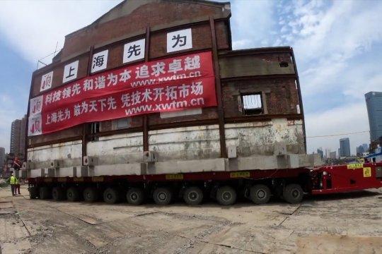 Lima bangunan kuno diangkat sejauh 200 meter di Shanghai