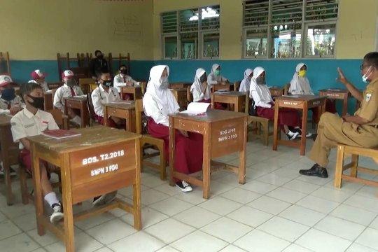 Para siswa belajar pentingnya  protokol kesehatan