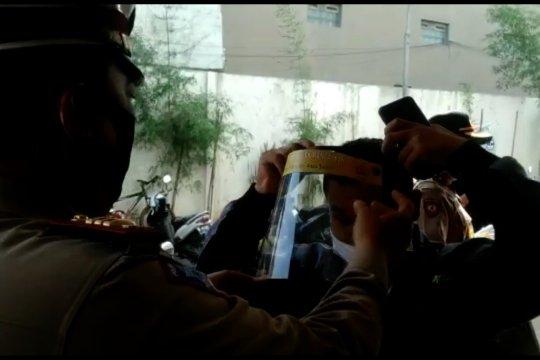 Sambut AKB, Polsek Rancaekek bagikan ratusan face shield untuk pedagang pasar