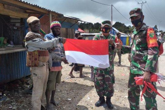 Koramil Waghete bagikan bendera Merah Putih ke warga sambut HUT RI
