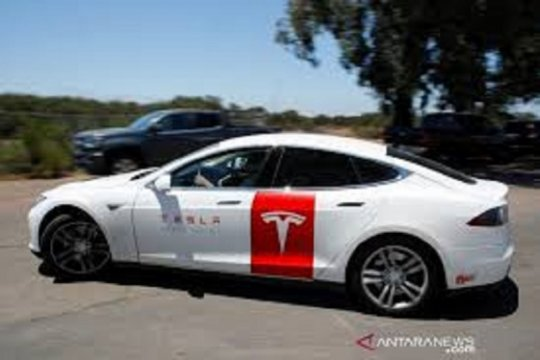 """Tesla buat sensor deteksi anak tertinggal di mobil """"over-heated"""""""
