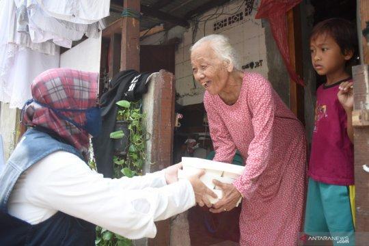 Manajemen Ancol bagikan 10.000 paket makanan siap santap