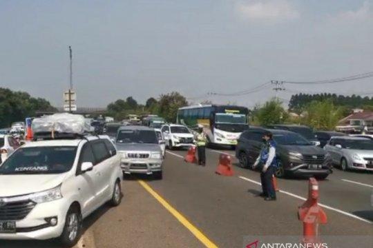 """Petugas lakukan """"contraflow"""" atasi kepadatan Tol Jakarta-Cikampek"""