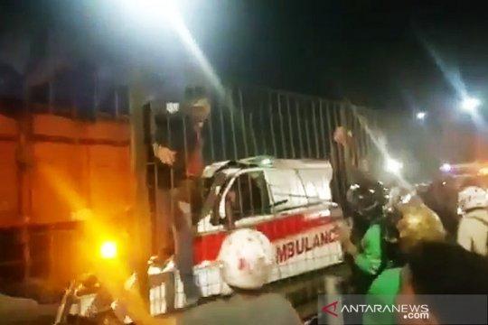 Ambulans tabrak truk di Tol Kebon Jeruk, pengemudi tewas
