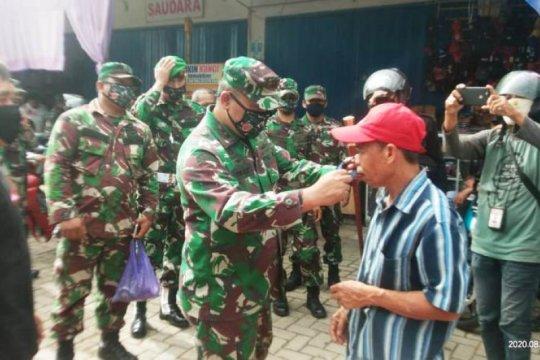 TNI di Mamuju bagikan 1.000 masker di pasar tradisional