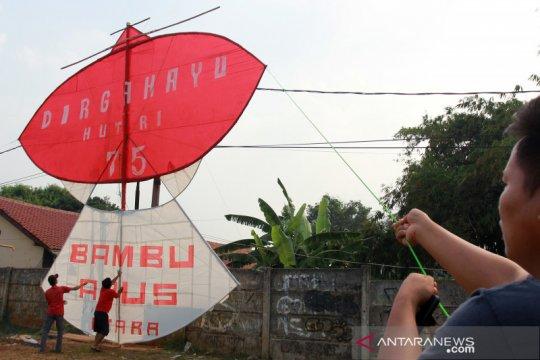Layang-layang raksasa bertema HUT Kemerdekaan RI