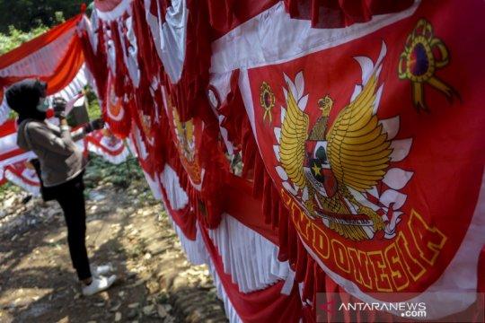 Penjual pernak-pernik HUT Kemerdekaan mulai bermunculan