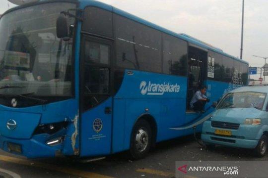 Penumpang TransJakarta dievakuasi usai bus tabrakan dengan angkot