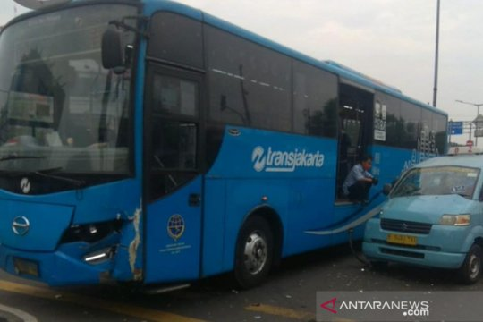 Bus TransJakarta serempet pagar pembatas dan sepeda motor