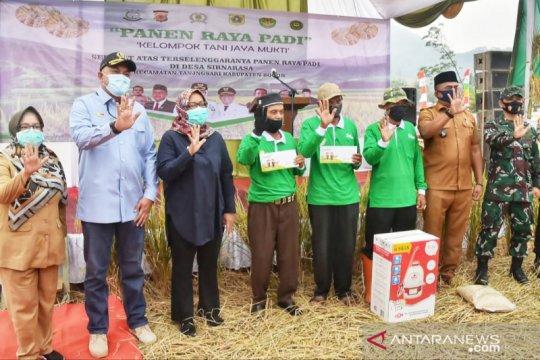 Bupati Bogor bagikan kartu tani sebagai asuransi lanan pertanian