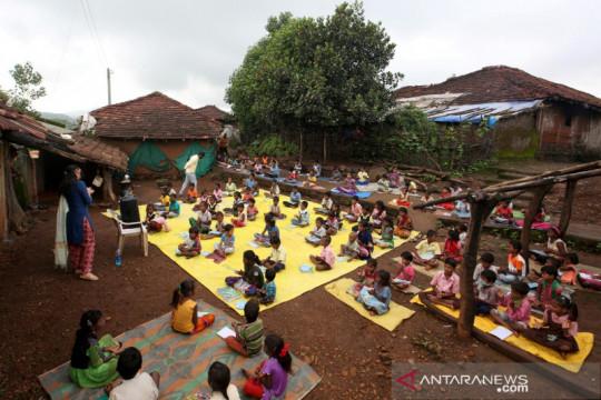 Guru di India mengajar di jalan pascapenutupan sekolah akibat COVID-19