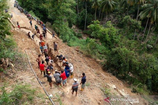 Akses keluar masuk desa Olele tertutup akibat longsor