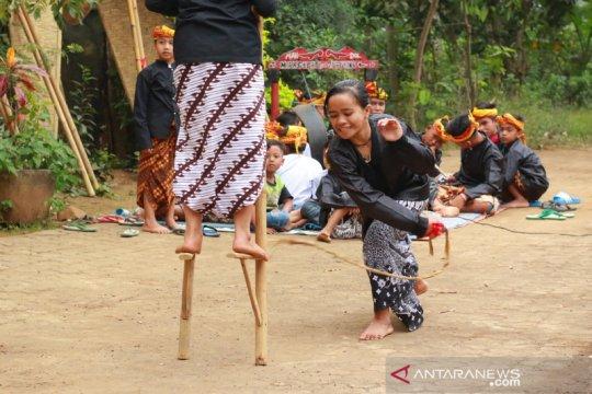 Permainan tradisional pecut egrang di Kampung Batara