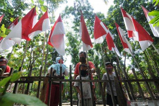 Tradisi memasang bendera merah putih sebanyak usia NKRI