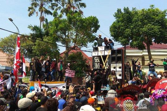 Ratusan pekerja seni Surabaya demo minta Perwali 33/2020 dicabut