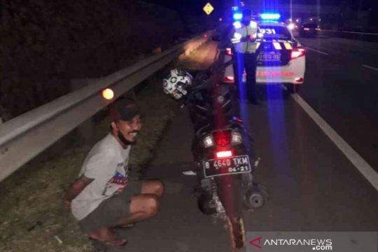 Pemotor nekat masuk Tol JORR Bekasi diduga mabuk