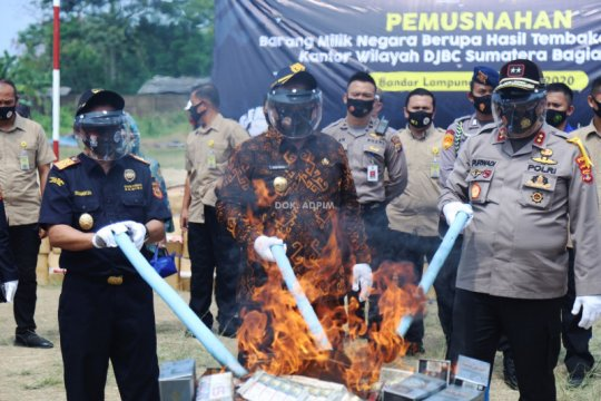 Bea Cukai Bandarlampung musnahkan 6,5 juta batang rokok ilegal