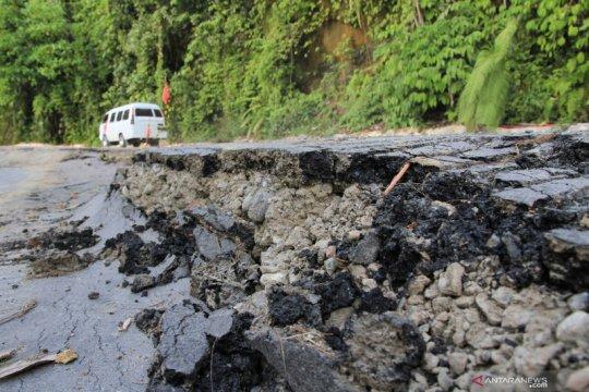 Jalan lintas tengah di Aceh Barat amblas