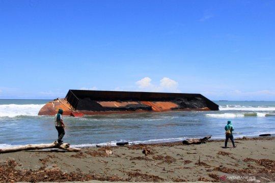 Kapal tongkang terdampar di Nagan Raya