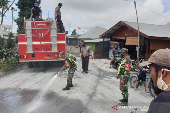 Pemkab Karo bersihkan abu vulkanik Sinabung di sejumlah lokasi