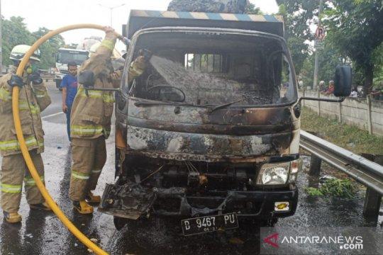 Truk bermuatan besi terbakar di dekat Terminal Pulo Gebang