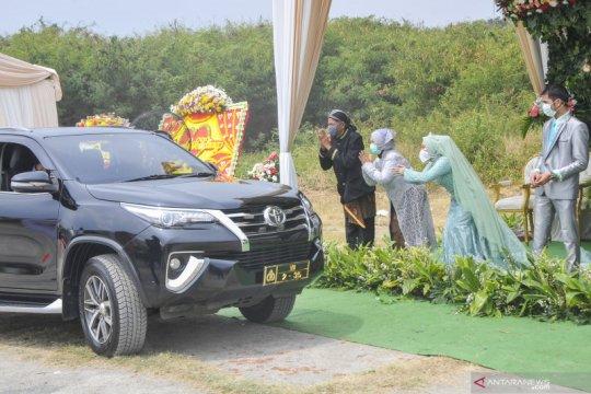 """Sepasang pengantin gelar pesta pernikahan secara """"Drive thru"""" di Bekasi"""