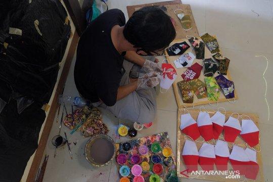 Pengrajin seni lukis di Bali pasarkan masker hingga mancanegara