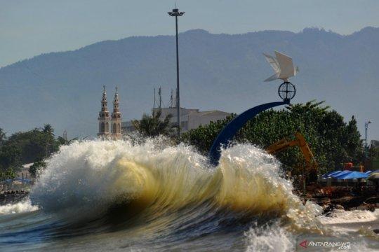 Peringatan gelombang tinggi di perairan Indonesia