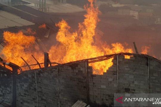 13 armada damkar tangani kobaran api pabrik mebel di Cakung
