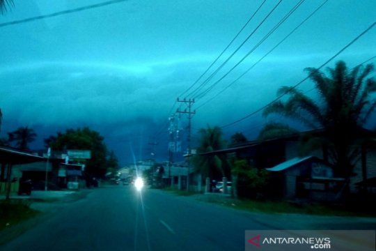 Fenomena awan hitam mirip gelombang tsunami gegerkan warga di Aceh
