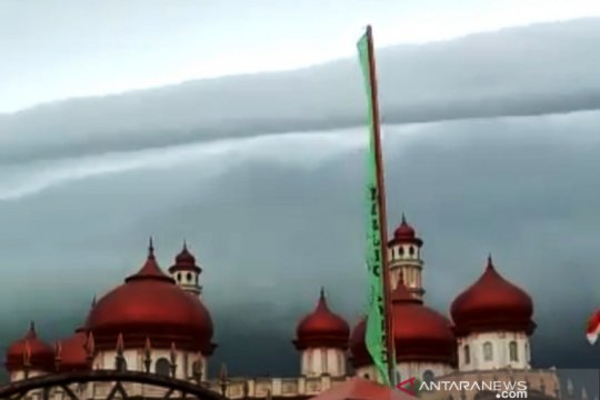 """Lapan sebut awan berbentuk """"tsunami"""" merupakan awan Arcus"""