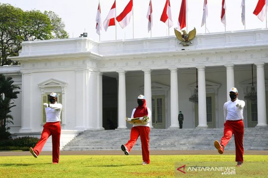 Sudin Pertamanan Jakpus siapkan bunga merah putih di bundaran BI