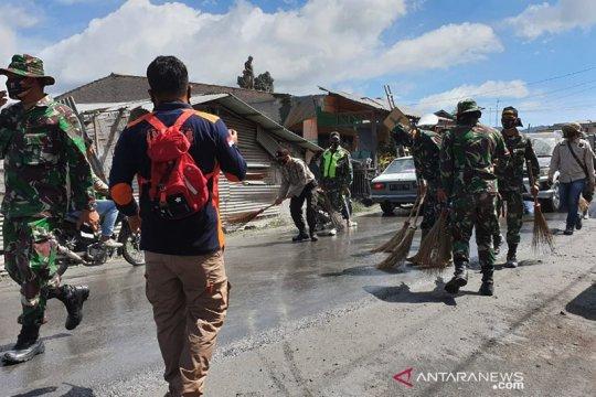 Debu vulkanik erupsi Gunung Sinabung terus dibersihkan